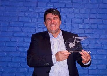 trophée-opérateur-de-l-année-Alain Roué, trophée en main à la soirée de remise du prix pour le réseau Océlorn notamment Le Coeur bus et cars pour le réseau de transport urbain Tud'bus de Douarnenez